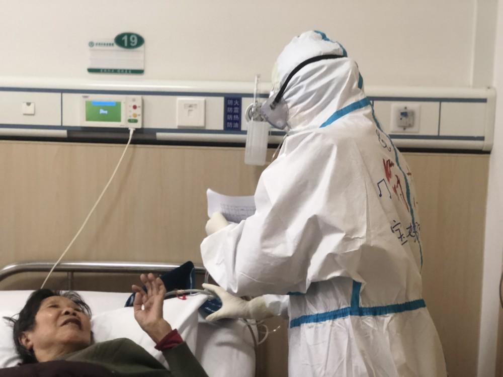 符杰和患者沟通病情