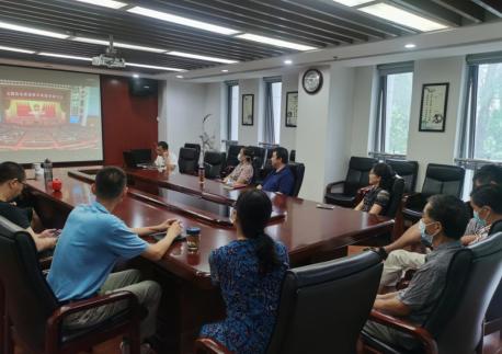 民革武汉市委员会全体机关工作人员集中收看全国抗击新冠肺炎疫情表彰大会直播